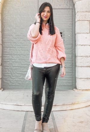 Ideas to wear black pants of the brand ARMONIAS and light pink sweaters of the brand love