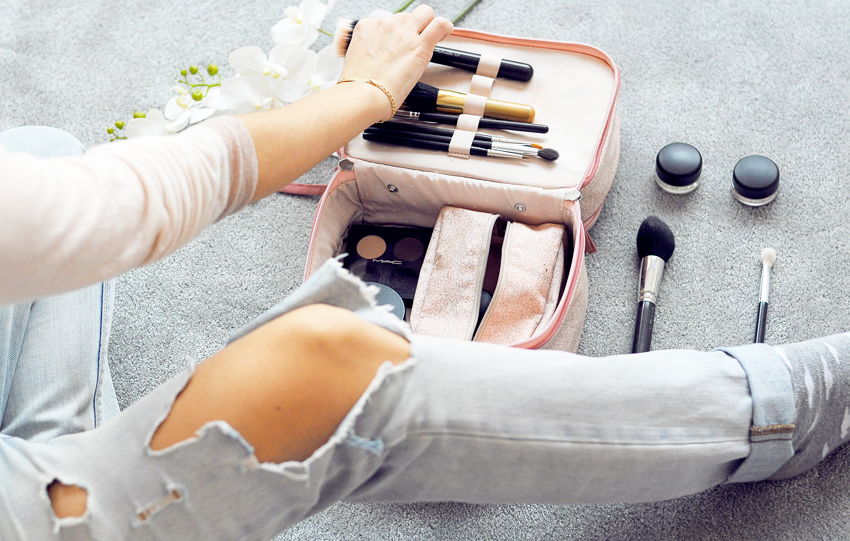 Pack make-up essentials -How to prepare the perfect suitcase for your vacations
